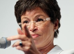 Valerie-Jarrett-pointing-from-mic