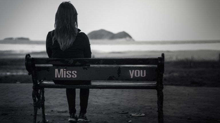 full-screen-widescreen-shop-girl-mood-sadness-bench-black-and-white-longing-background-a-woman-wallpaper-shop-loneliness-sad-blur